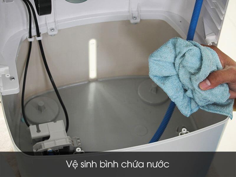 ve-sinh-binh-chua-nuoc-quat-dieu-hoa